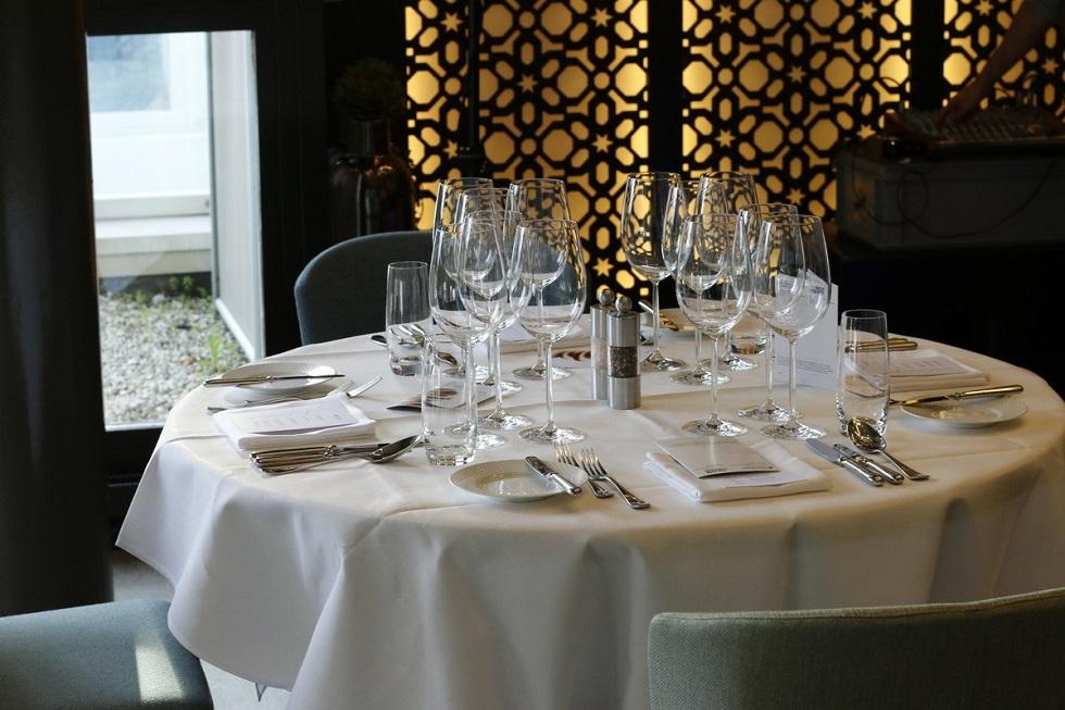 Ist doch ein Vergnügen, sich an einen festlich gedeckten Tisch zu setzen Symbolfoto SHL Schweizerische Hotelfachschule Luzern
